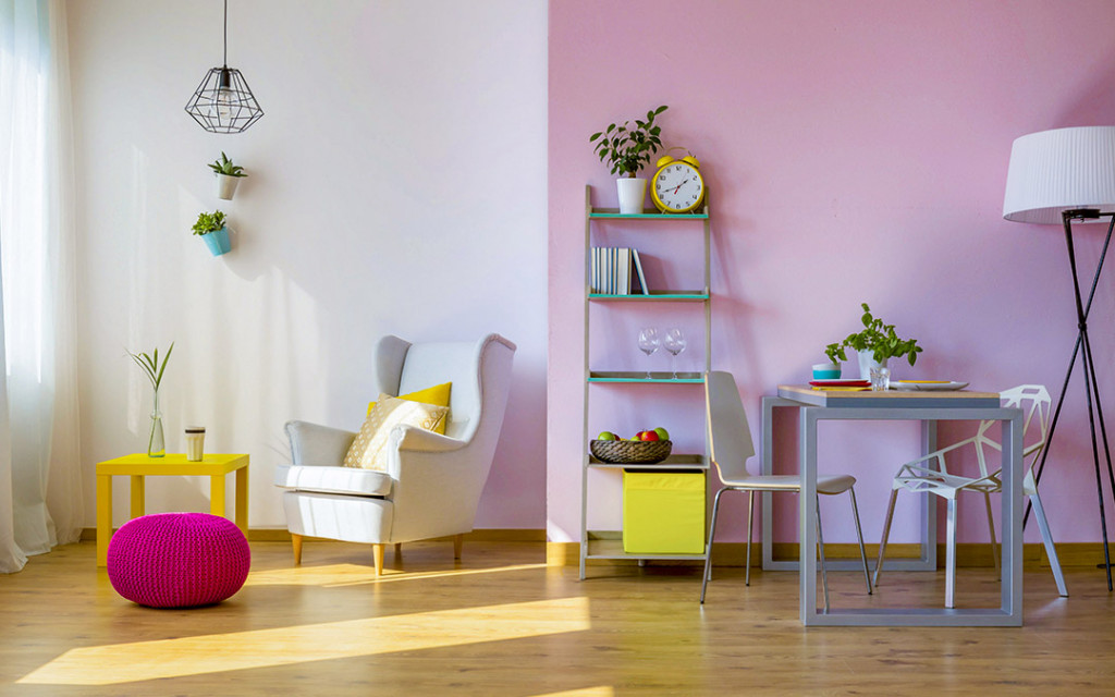 Pastel-colour-living-room-with-sofas-and-hanging-lamp